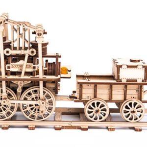 Holzbausatz Lokomotive besteht aus 325 Teilen. Er ist Bestseller bei Holzbausätzen für Bastler